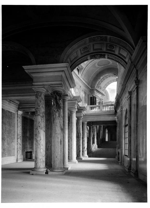 Beschreibung: Neue Burg, Stiegenhaus; Blick aus dem nördlichen Teil des unteren Stiegenhauses ins Zwischengeschoß und in die obere Kuppelhalle.  Datierung: um 1937  Bildnachweis: ÖNB