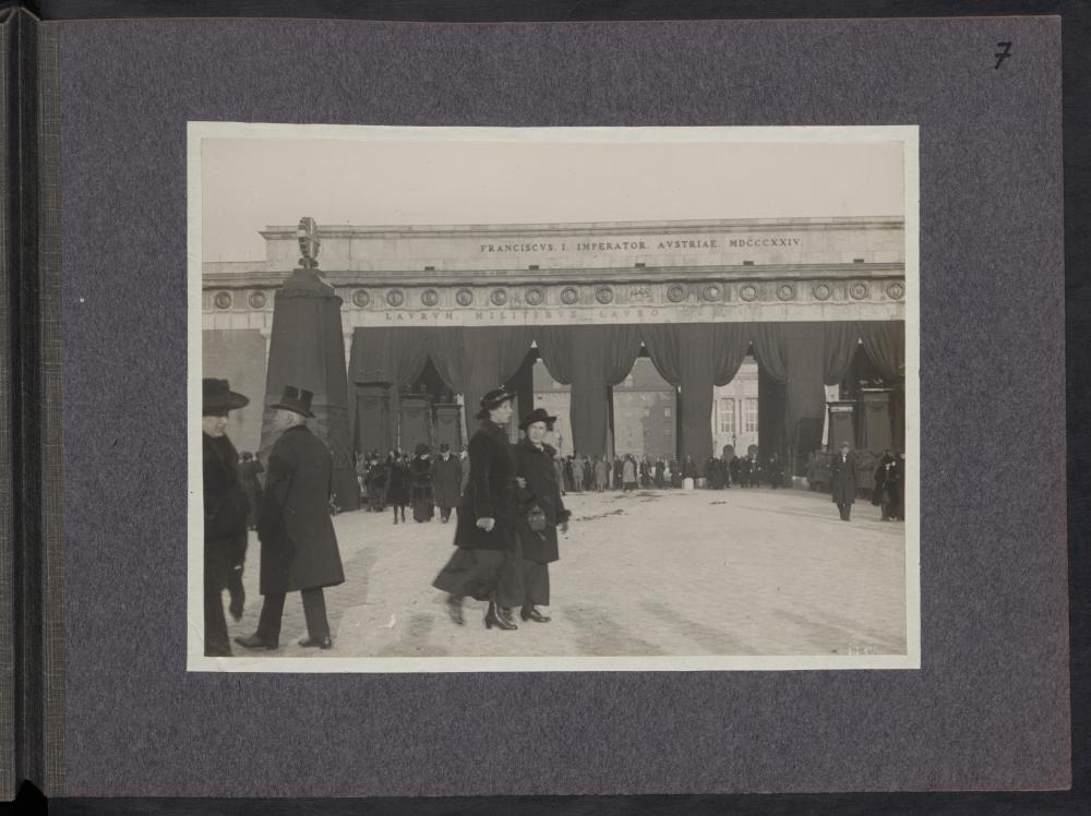 Trauerflor am äußeren Burgtor anlässlich des Todes von Kaiser Franz Joseph I., Wien, Ringstraße, 1916, Foto: R. Lechner/Wilhelm Müller, ÖNB, Bildarchiv und Grafiksammlung