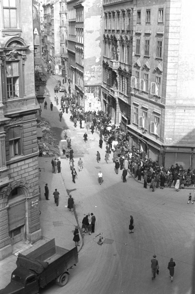 Auch nach Kriegsende blieben Lebensmittel rationiert und waren nur über Lebensmittelmarken zu erhalten. Dadurch entstanden vor den Ausgabestellen und Geschäften regelmäßig lange Schlangen.