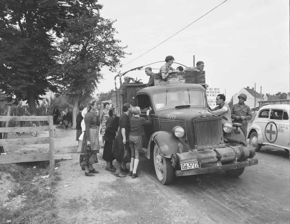 Fahrzeugkontrolle durch US-Truppen in Oberösterreich – Frauen, Männer und Kinder nutzen dies, um eine Mitfahrgelegenheit zu finden.