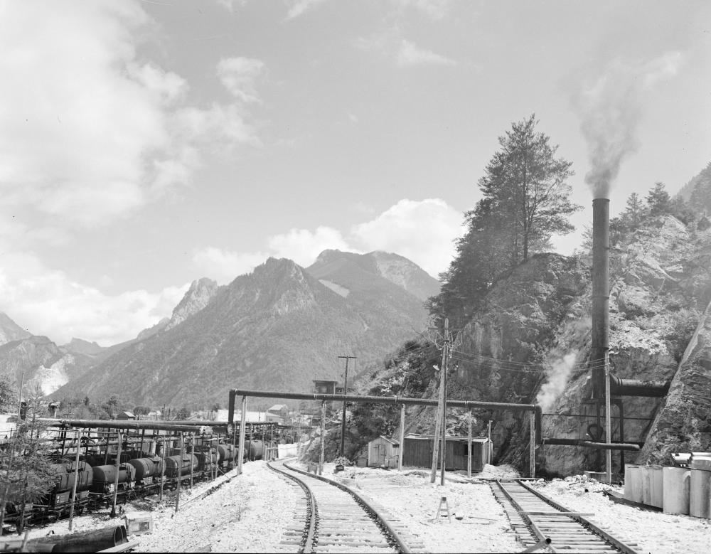 """Das Bild der Industrie- und Gleisanlagen am Gelände des ehemaligen Konzentrationslagers Ebensee bekam später die irreführende Bildbeschreibung: """"Landschaftsbild mit Erlakogel."""""""