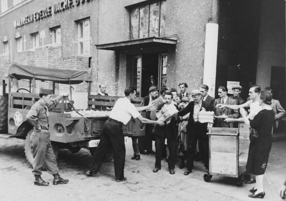 """Der """"Wiener Kurier"""" war die wichtigste Zeitung unter US-Kontrolle. Hier wird der Beginn der Auslieferung vor der Druckerei Waldheim-Eberle gezeigt."""