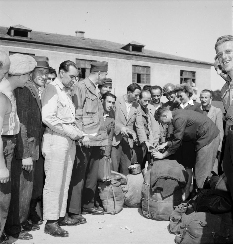 Jüdische Überlebende hatten 1945 oft kein Zuhause mehr: Sie wurden von einer provisorischen Unterkunft in die nächste verlegt. Die Ausreise nach Übersee war anfangs schwierig. Bilder des Holocaust beeinflussten aber die öffentliche Stimmung in den USA zugunsten von Einreisewilligen.