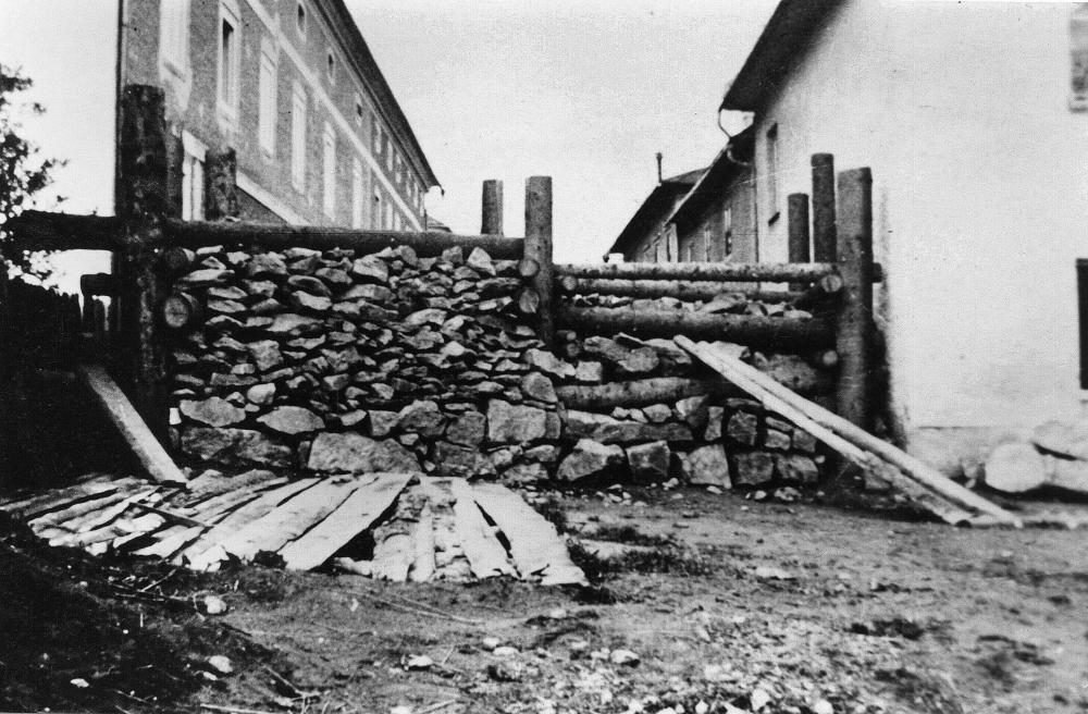 Panzersperren aus Baumstämmen und Steinen sollten Hindernisse für die vorrückenden US-Truppen bilden. Hauptsächlich dienten sie allerdings dazu, die NS-Durchhalteparolen zu unterstützen.