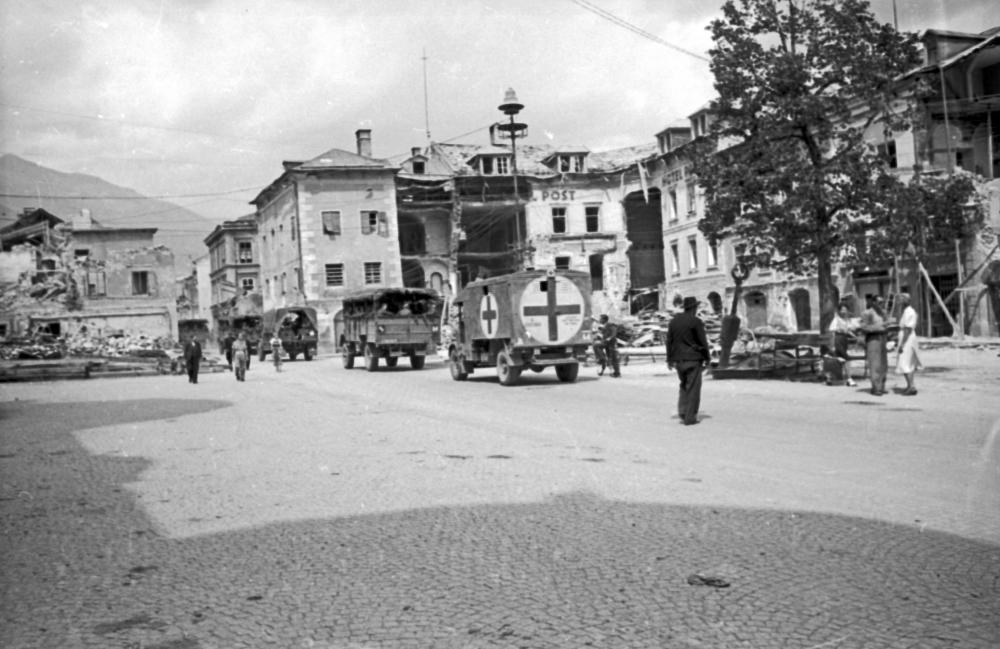 Britische Besatzungstruppen und ZivilistInnen unmittelbar nach Kriegsende in Lienz.