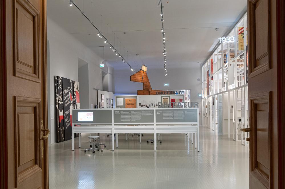 Raum #2 - NS Terror und Erinnerung mit Waldheimpferd im Hintergrund
