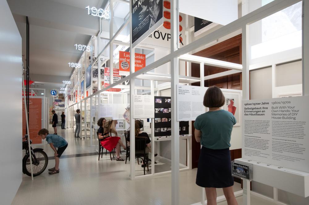 Personen beim Besuch der Ausstellung