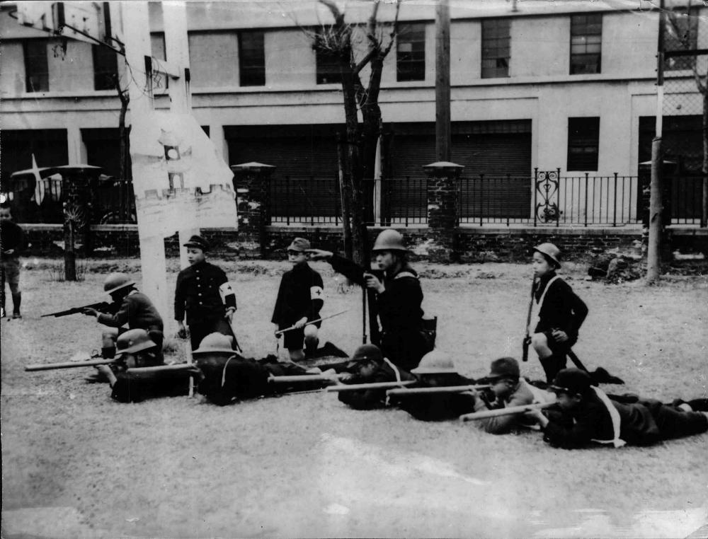 Japanische Schulkinder der Elementarschule in Shanghai bei militärischen Übungen vor japanischen Besatzungstruppen