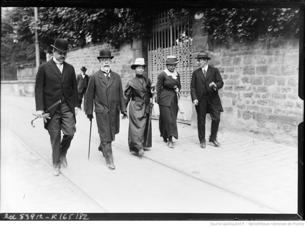 Die österreichischen Delegierten Lammasch und Schumacher und ihre Ehefrauen nach der Messe in Saint-Germain, 18.05.1919